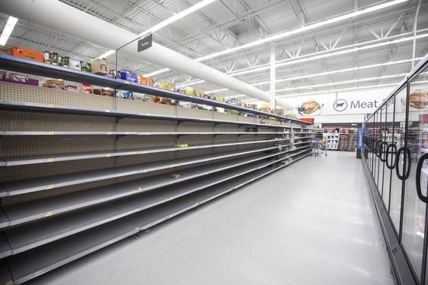 Leere Supermarkt-Regale: Zwei Tage vor Eintreffen von «Florence» decken sich Anwohner mit Lebensmitteln ein.