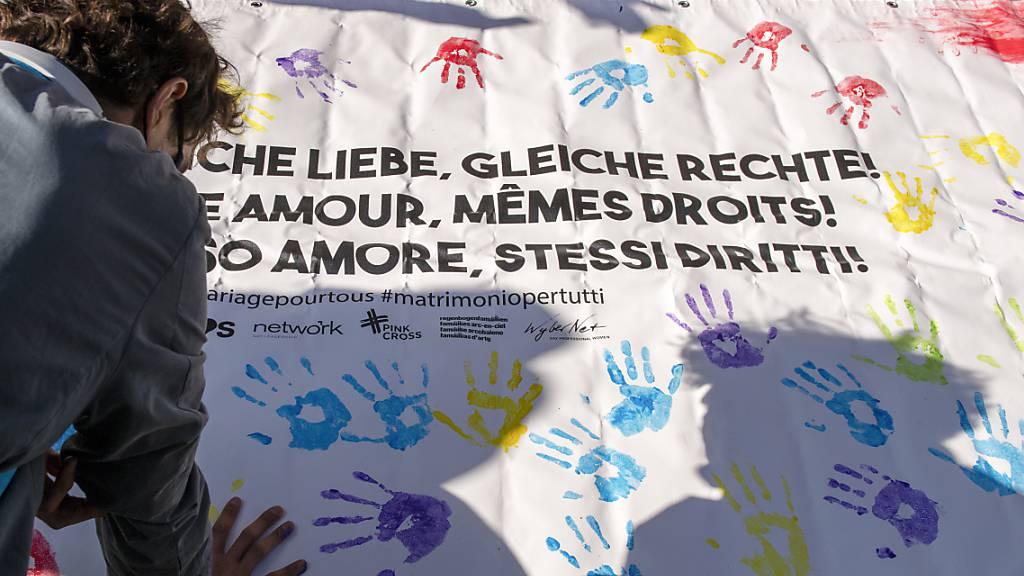 «Gleiche Liebe, gleiche Rechte»: Aktion für die Ehe für gleichgeschlechtliche Paare in Bern. (Archivbild)