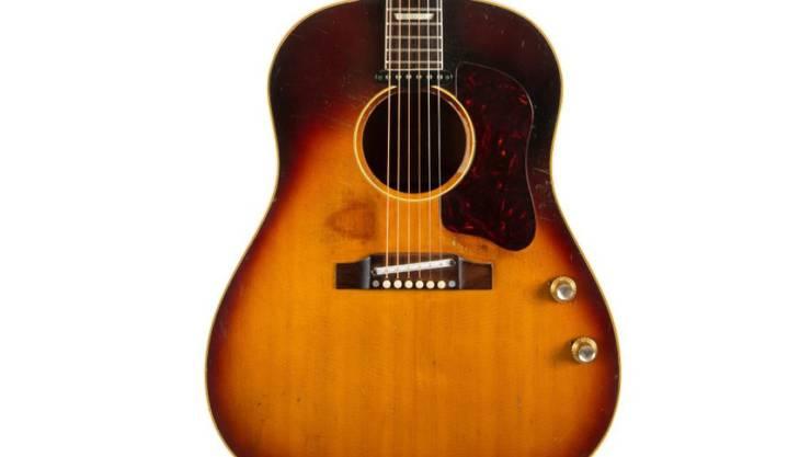Diese Akustikgitarre von John Lennon erzielte einen Rekordpreis
