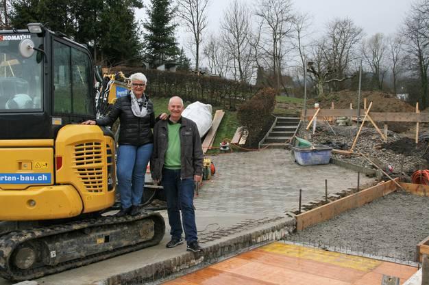 Monika Dietsche und Projektleiter Paul Laube stolz und in Vorfreude auf die Wasserrutsche, die Mitte Mai hier stehen wird