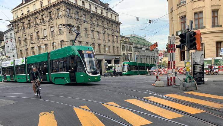 Die Trams am Bankverein stehen in alle Richtungen.