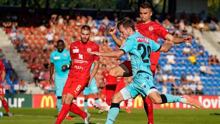 Die beiden Vaduz-Spieler Fuad Rahimi und Yannick Schmid verteidigen gegen Nias Hefti.