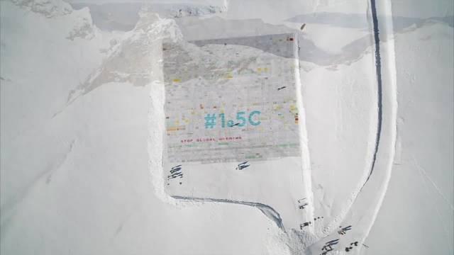 Riesen-Postkarte auf Aletschgletscher weist auf Klimawandel hin