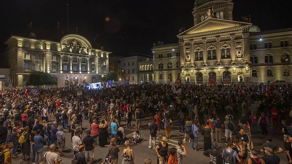 Die Demo gegen die Ausweitung der Covid-Zertifikat erreichte am späteren Abend doch noch den Bundesplatz.