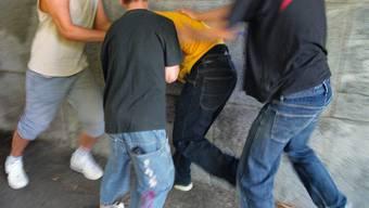 Bei einem Streit zwischen zwei Gruppen in Mellingen erlitt im Juli 2010 ein junger Mann lebensbedrohliche Verletzungen (Symbolbild)