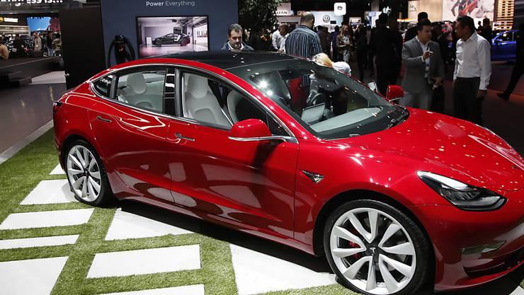 Das Model 3 von Tesla soll in Zukunft auch in China hergestellt werden. Am Montag wurde der Grundstein für die neue Fabrik in Shanghai gelegt.(Archivbild)
