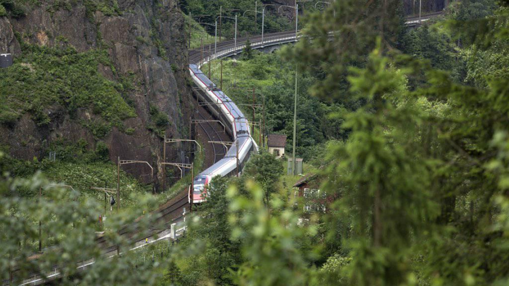 Ein SBB-Zug auf der Gotthardstrecke zwischen Göschenen und Erstfeld. Wegen eines Steinschlags bleibt die Linie länger unterbrochen. (Symbolbild)