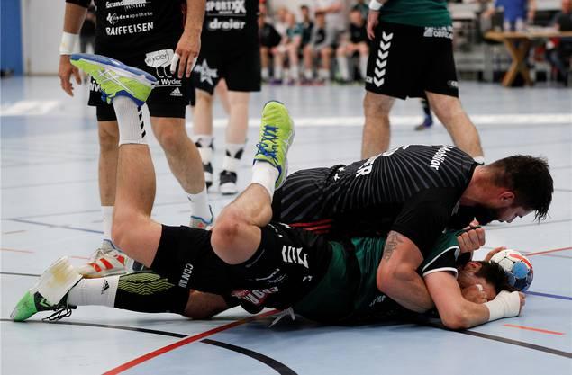 Das Rencontre zwischen Milan Skvaril (oben) und Nicolas Raemy in den Playoff-Viertelfinals 2019.