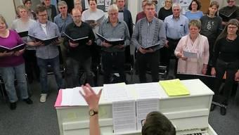 """Der Chor Staffelbach und der gemischte Chor Safenwil proben das Lied """"Rote Lippen"""" für den gemeinsamen Auftitt am 24. und 25. März."""