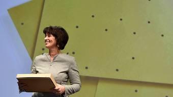 Alt Bundesrätin Doris Leuthard hat an der Delegiertenversammlung in Zürich als Abschiedsgeschenk eine Schachtel erhalten. Darin befinden sich ein Nagel und Messingplatten - eine Installation von Ruth Maria Obrist. Nun werde sie noch Plattenlegerin, meinte Leuthard.