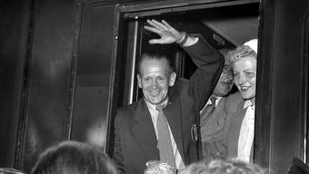 5.Juni 1954: Bundestrainer Sepp Herberger grüsst die Massen. Etwa 30.000 Menschen finden sich am Bahnhof Singen ein, um die DFB-Mannschaft zu begrüssen und zu feiern.