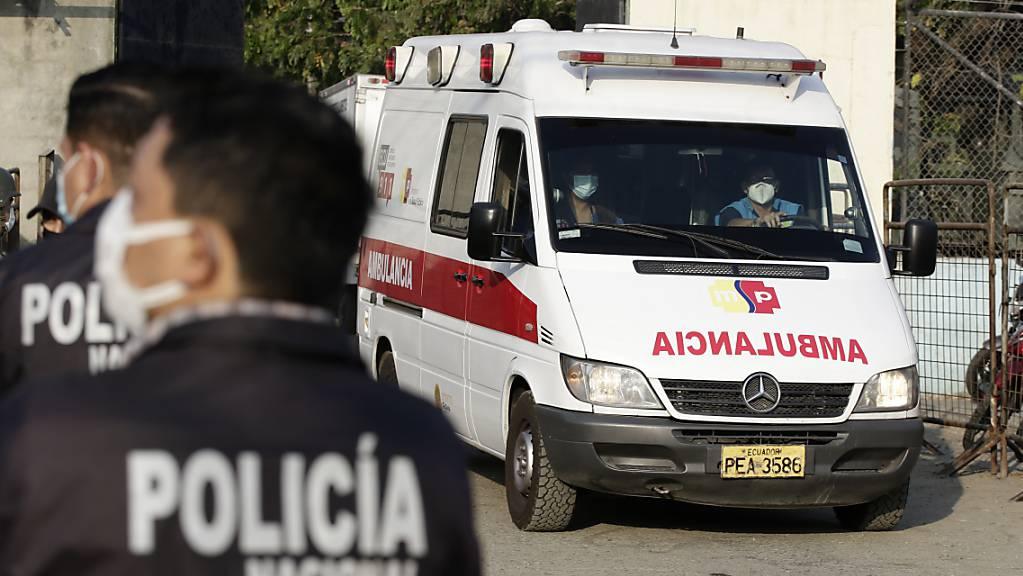 Ein Krankenwagen verlässt das Litoral-Gefängnis in Guayaquil. Foto: Angel Dejesus/AP/dpa