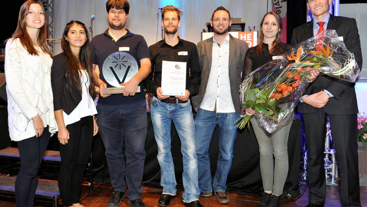 Der Innovationspreis geht an die Megasol Energie AG, hier vertreten mit Tanja Annaheim, Özlem Bayraktar, Markus Gisler, Michael Reist, Robin Wehrli und Carla Stöckli (v.  l.) – rechts aussen Vebo-Direktor Gilbert W. Giger