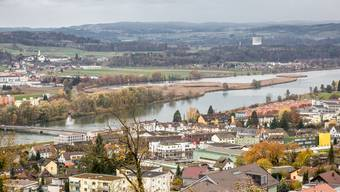 Blick auf den Klingnauer Stauee mit Döttingen und Klingnau auf der vorderen sowie Kleindöttingen, Leuggern mit Gippingen auf der gegenüberliegenden Seeseite. Dazu ist im Hintergrund der Kühlturm des AKW Leibstadt erkennbar.