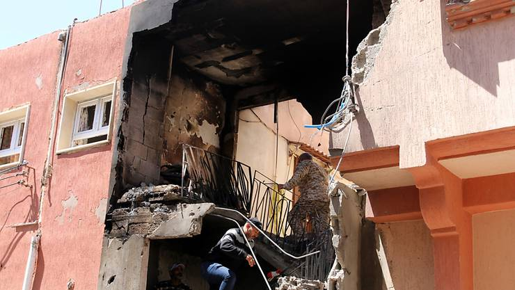 Ein von Granatbeschuss beschädigtes Haus im Stadtteil Abu Salim von Tripolis. (Bild vom 17. April)