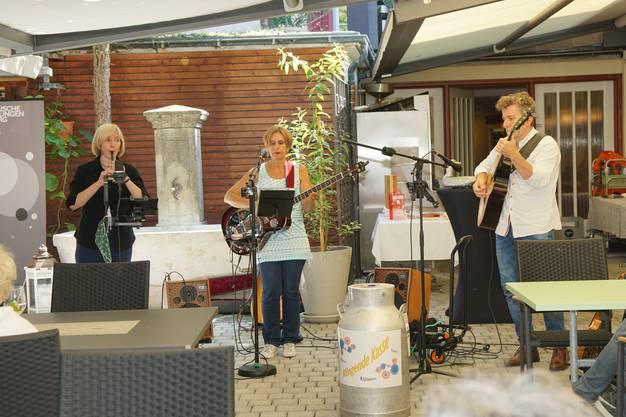 """Die """"flying fingers"""" spielen irische Folkmusik. Christina Ischi, Flöte, Sarah Fischer, Gitarre, und Thomas Mauerer spielen erst seit eineinhalb Jahren zusammen. Sie haben kürzlich Irland besucht und berichteten von ihren Begegnungen mit den Städten und Landstrichen, von welchen ihre Lieder erzählen."""