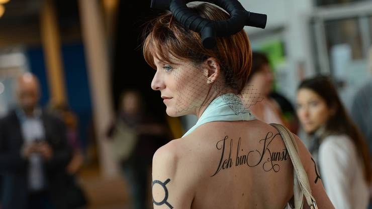 Schräger Auftritt: Anna Poetter will beim Besuch der Art Basel «die Präsenz des Geldes spüren» und sich selbst als Werk vermarkten.
