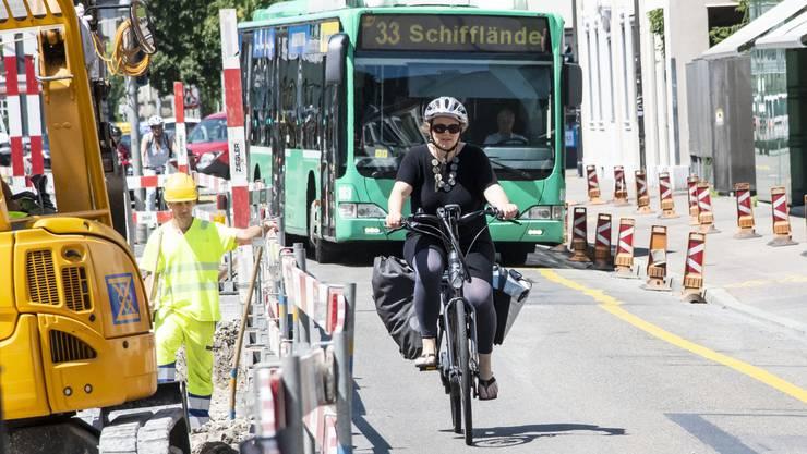 Die sommerlichen Baustellen sind selbst für die routinierte Velofahrerin Andrea Pollheimer eine grosse Herausforderung. Hier balanciert die Hebamme durch die Spitalstrasse.