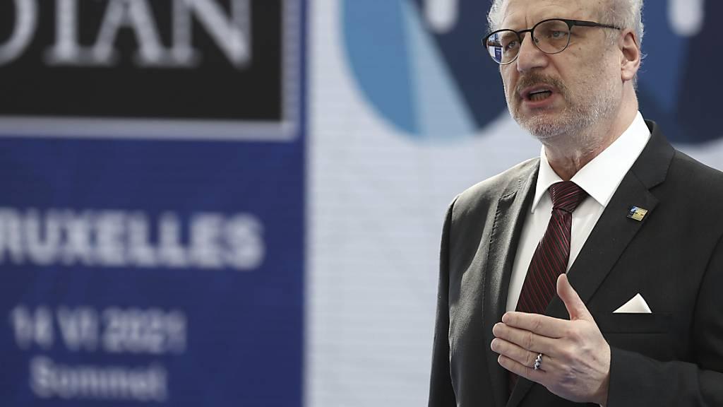 ARCHIV - Lettlands Staatspräsident Egils Levits spricht bei einem NATO-Gipfel im Juni. Nach einem Arbeitsbesuch in Schweden wurde er positiv auf das Coronavirus getestet. Foto: Kenzo Tribouillard/Pool AFP/dpa