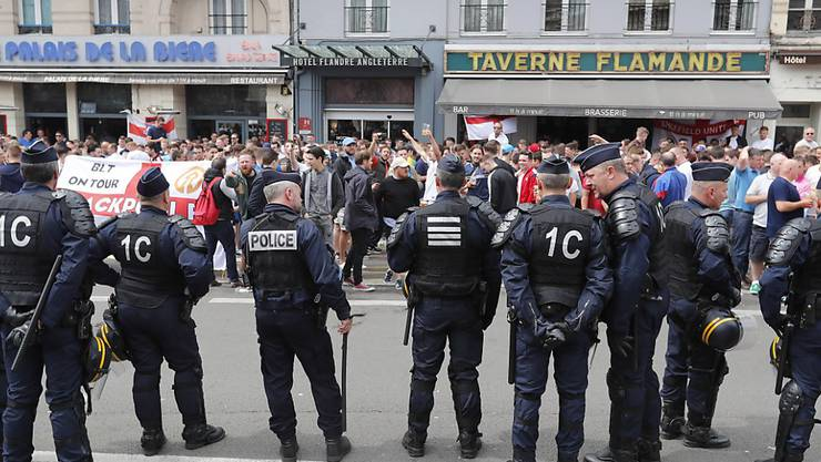 Polizisten vor einer Bar in Lille