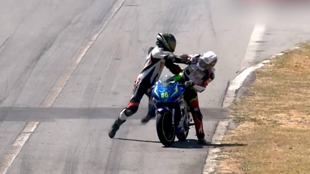 Skurrile Szenen bei Motorradrennen: Prügelei mitten auf der Rennstrecke