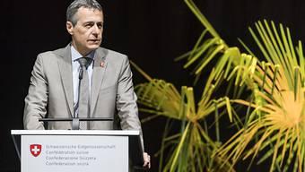 Aussenminister Ignazio Cassis will die Schweizer Entwicklungshilfe neu ausrichten. Der OECD-Entwicklungshilfeausschuss hält einen Teil der Pläne für sinnvoll. Kritisch beurteilt er die starke Verknüpfung mit dem Thema Migration. (Archivbild)