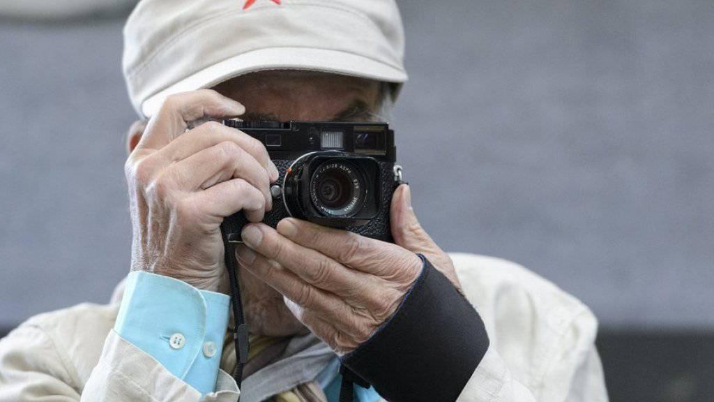 Die Leica ist Kult. Zahlreiche berühmte Fotografinnen und Fotografen, wie im Bild René Burri, beobachteten die Welt durch ihr Objektiv. (Archiv)
