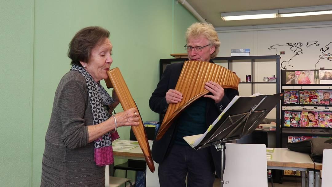 Panflötist Jörg Frei spielt mit seiner Schülerin das Lied «Halleluja»