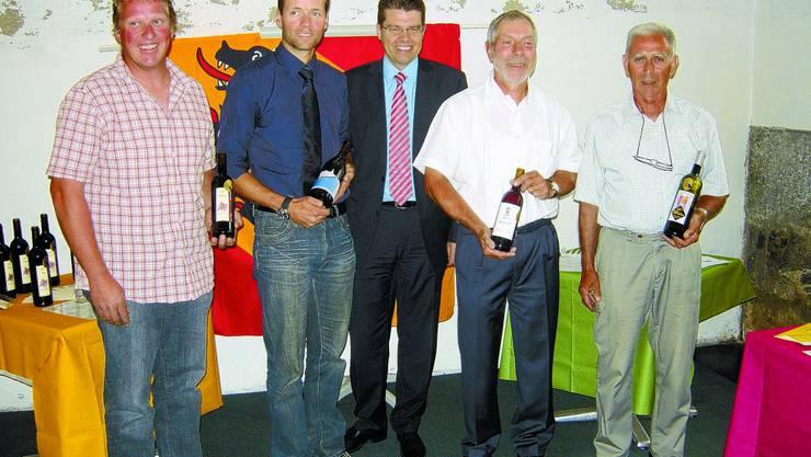 Edle Tropfen: Die Gewinner (v.l.) und ihre Weine mit Regierungsrat Andreas Rickenbacher (M.): Andreas Stämpfli, Fabian Teutsch, Peter Schott und Hans Perrot. (Bild: joh)