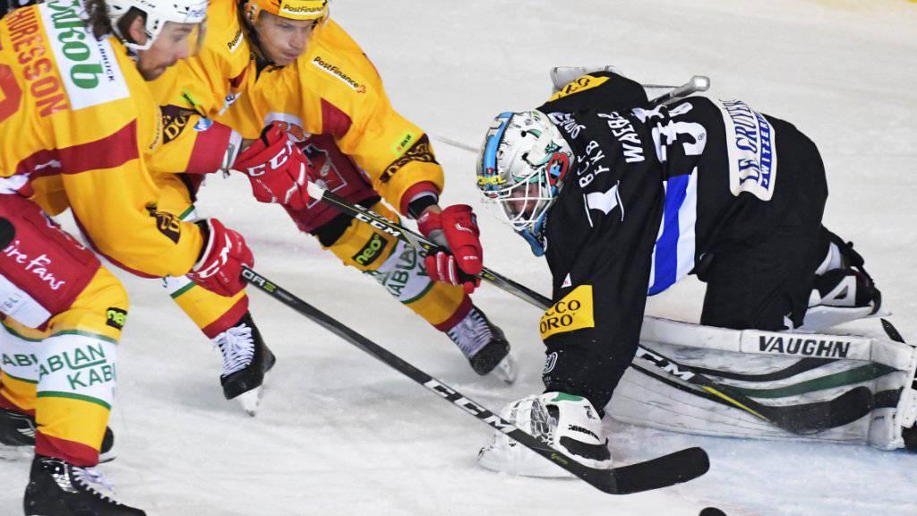 Die Langnauer Andreas Thuresson und Topskorer Antti Erkinjunntti bringen den Puck nicht an Fribourgs Ludvic Waeber vorbei.
