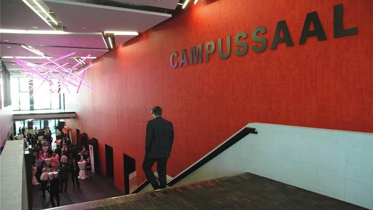 Rot ist die Farbe des Campussaals. Dieser ist das Herzstück des Campus Brugg-Windisch. Der Saal ist unterteilbar und bietet somit mannigfache Belegungsmöglichkeiten.