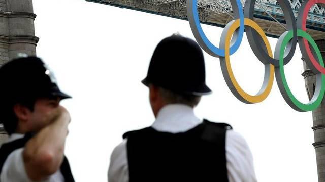 Zwei Polizisten an der Tower Bridge in London