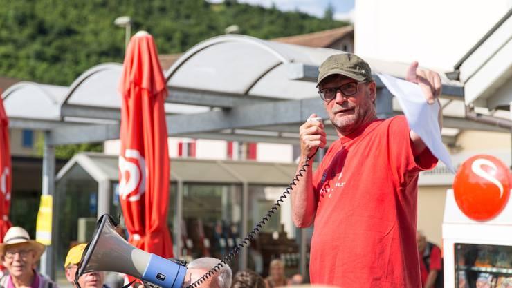 bz-Chefredaktor David Sieber begrüsst am Bahnhof in Grellingen 133 Leserinnen und Leser.