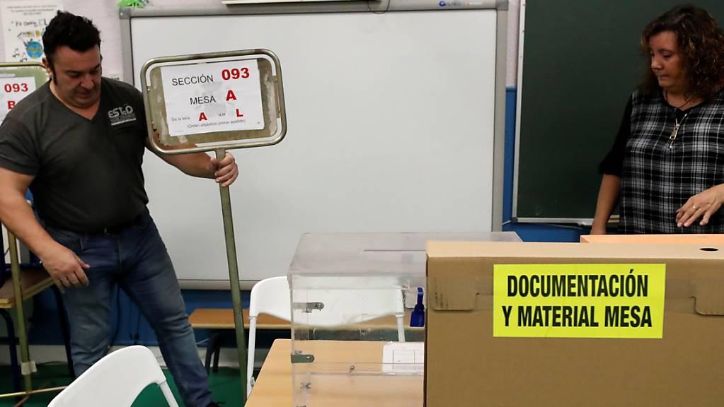 Vorbereitungen in einem Wahllokal - In Spanien wird zum zweiten Mal in diesem Jahr das Parlament neu gewählt.