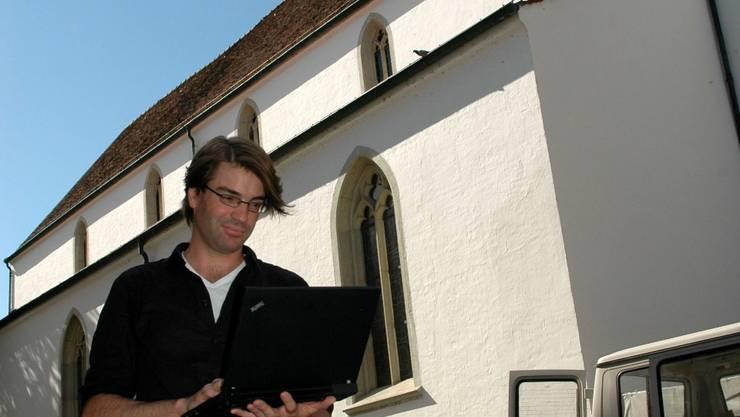 Doktorand Andreas von der Dunk vor der Stadtkirche Aarau: Deren Glockengeläut ist ein Beispiel für einen Raumnutzungskonflikt, da sich Patienten einer nahen Klinik über den Lärm beklagten.  kus