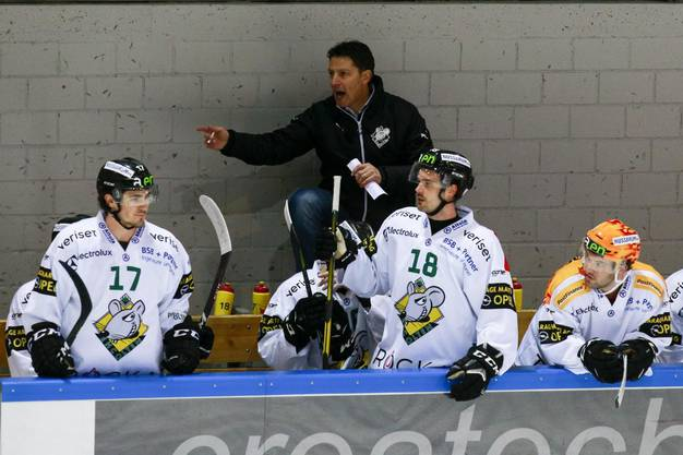 EHCO-Headcoach Chris Bartolone gibt seinen Spielern Anweisungen.