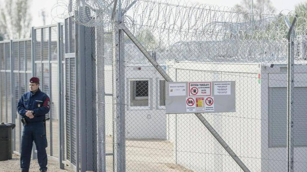 Nach einem Urteil des Europäischen Gerichtshofs schliesst Ungarns rechtsnationale Regierung die zwei umstrittenen Transitlager für Migranten unmittelbar an der Grenze zu Serbien. Auf dem Archivbild das Lager Tompa.