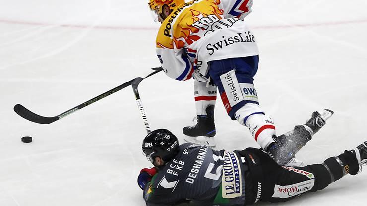 Lions-Topskorer Garrett Roe im Kampf mit Freiburgs David Desharnais
