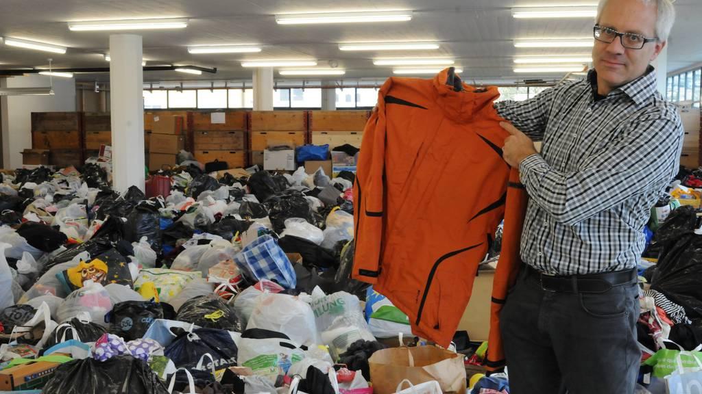 Philipp Holderegger zeigt das Zwischenlager einer privaten Spendenaktion in Räumen der Caritas.