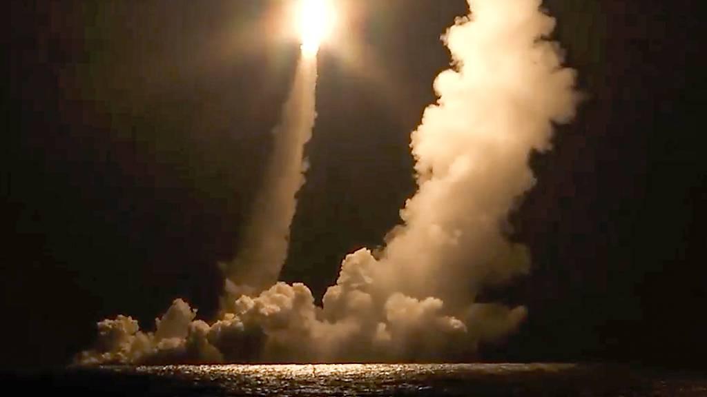 HANDOUT - Dieser vom Pressedienst des russischen Verteidigungsministeriums zur Verfügung gestellte Videoausschnitt zeigt Interkontinentalraketen, die vom Atom-U-Boot K-551 Wladimir Monomach der russischen Marine aus dem Ochotskische Meer aus bei einem Test abgefeuert wurden. Foto: ---/Russian Defense Ministry Press Service/ AP/dpa