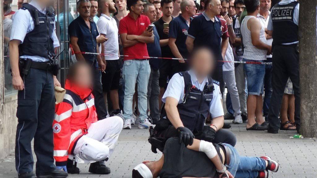 Reutlingen in Aufruhr, nachdem die Polizei den 21 Jahre alten messerstechenden syrischen Asylbewerber (am Boden) überwältigt hat.