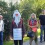 Rund zwei Dutzend Personen protestieren am Samstag im Aarauer Kasinopark friedlich gegen Corona-Massnahmen.