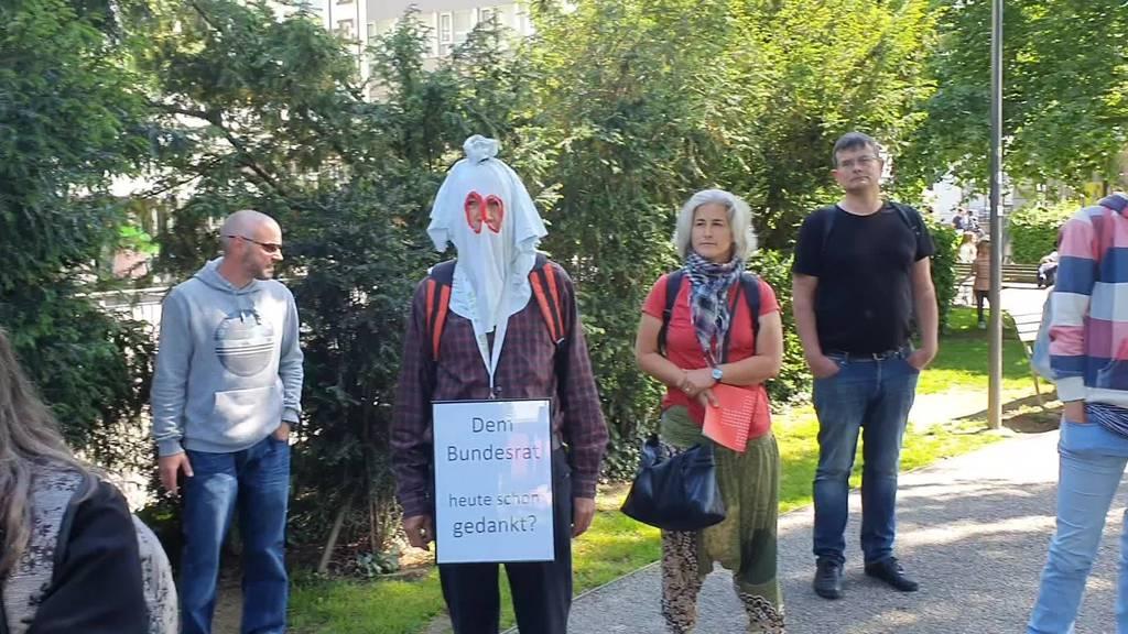 Demonstration in Aarau: Rund zwei Dutzend Personen protestieren friedlich gegen Corona-Massnahmen