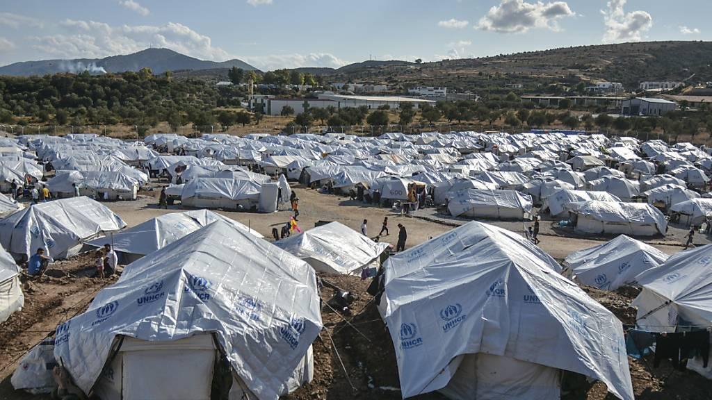 Migranten gehen nach starken Regenfällen durch das Flüchtlingslager «Kara Tepe». Das provisorische Zeltlager «Kara Tepe» war in Windeseile errichtet worden, nachdem das ursprüngliche Lager Moria bei einem Grossbrand fast völlig zerstört worden war.