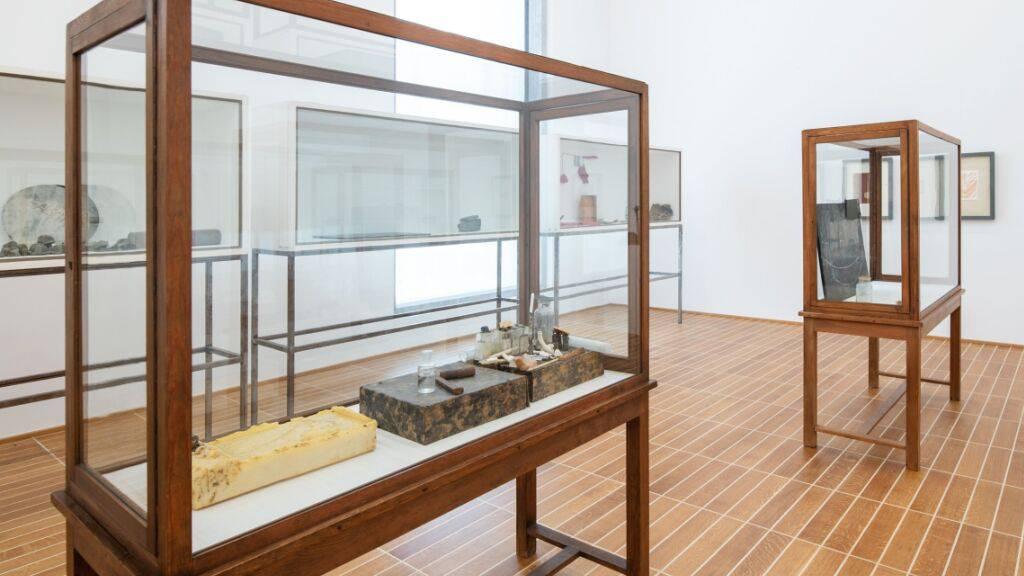 Elf Beuys-Vitrinen gehen als Schenkung an das Kunstmuseum Basel.