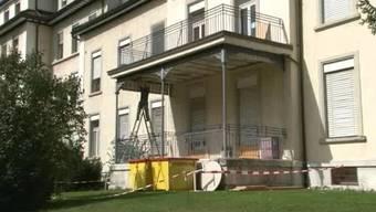 Glück im Unglück in Olten: Ein Teil eines Balkon über einem Pausenaufenthaltsort stürzt am 2. September 2011 ein. Verletzt wird niemand, da sich niemand unter dem Balkon aufhielt.