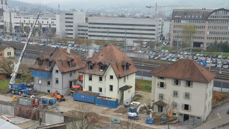 19. November: Die Arbeiter schmeissen die Ziegel vom Dach.