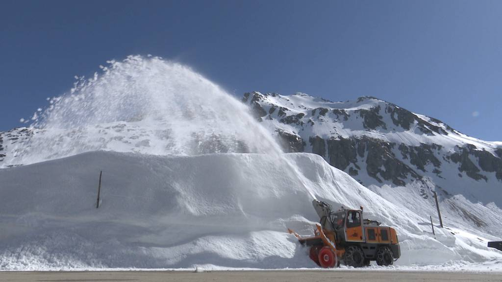 Weg mit dem Schnee! Räumungsarbeiten am Gotthardpass laufen auf Hochtouren