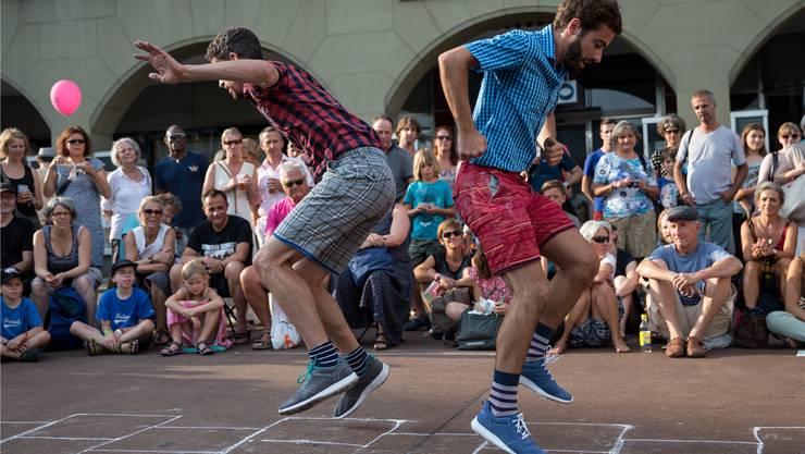 «Kill Your Darlings» heisst das Stück des Choreografen Joshua Monten (rechts im Bild) , das am Samstag um 17 Uhr auf dem Rümelinsplatz zu sehen ist. Christian Glaus