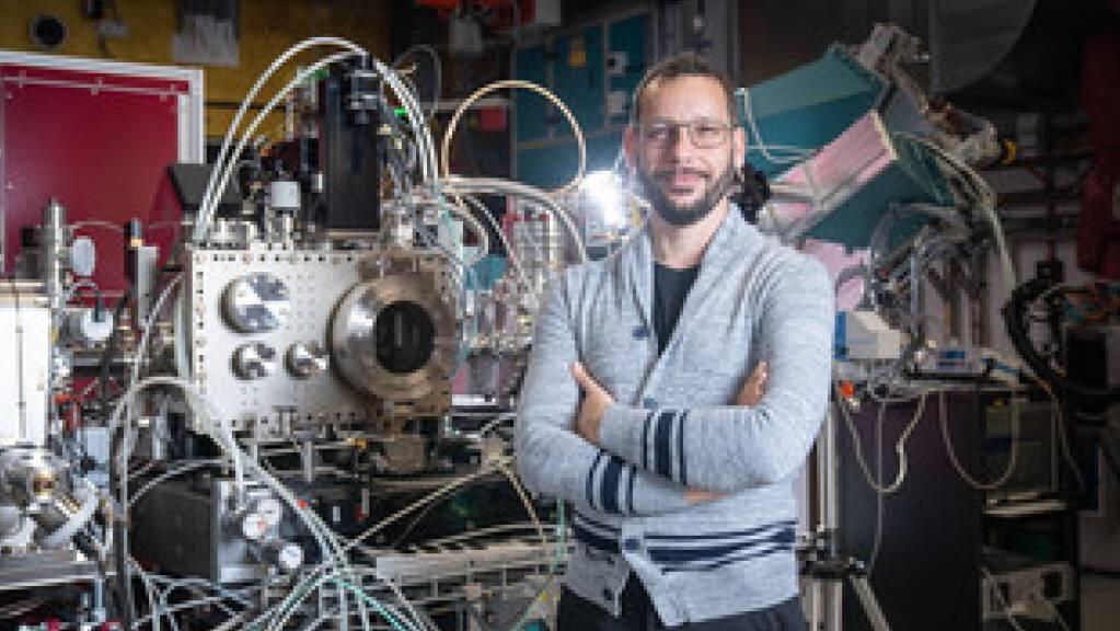 Cristian Svetina an der Experimentierstation des Freie-Elektronen-Röntgenlasers SwissFEL am Paul Scherrer Institut in Villigen AG. Ihm und seinem Team ist es gelungen, tiefer zu blicken, als es bisher möglich war und Videos von atomaren Vorgängen zu drehen. (Foto: Mahir Dzambegovic)